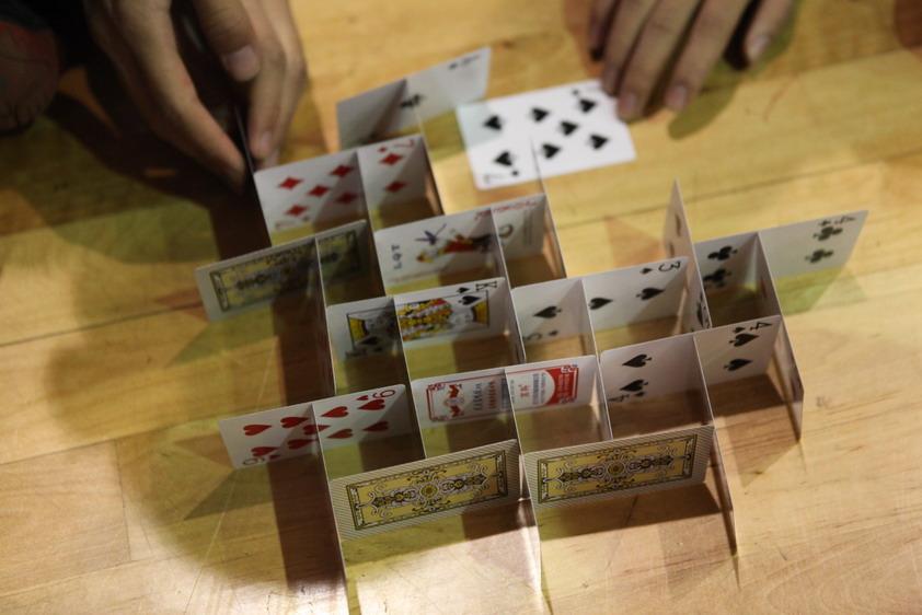 12月12日中午,昆十中2015迎新头脑风暴科技思维实作竞技赛在白塔和求实校区同时拉开了帷幕。高一年级同学经过1个多月的精心设计和认真训练之后,组成46个队参加比赛。比赛紧张激烈,选手们表现出独特的创意,用精致的结构和超稳定的心理素质,用扑克牌搭建高层稳定模型(也称纸牌塔、扑克牌塔),46个队伍搭建了46种结构,选手们对科学研究的精益求精态度更是赢得广泛赞许。裁判组对作品和作品制作的过程进行了公开公正的评判。 头脑风暴科技思维实作竞技赛极大地激发了学生学科学、用科学的积极性,培养了学生科技创新精神和实践能